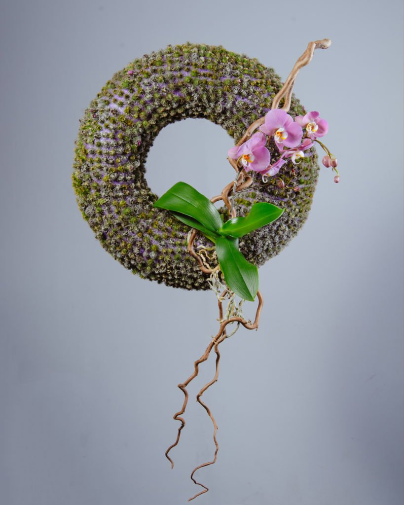 Венок с использованием орхидеи, веток корилуса и репейника.Работа студента Kazanflowerschool.