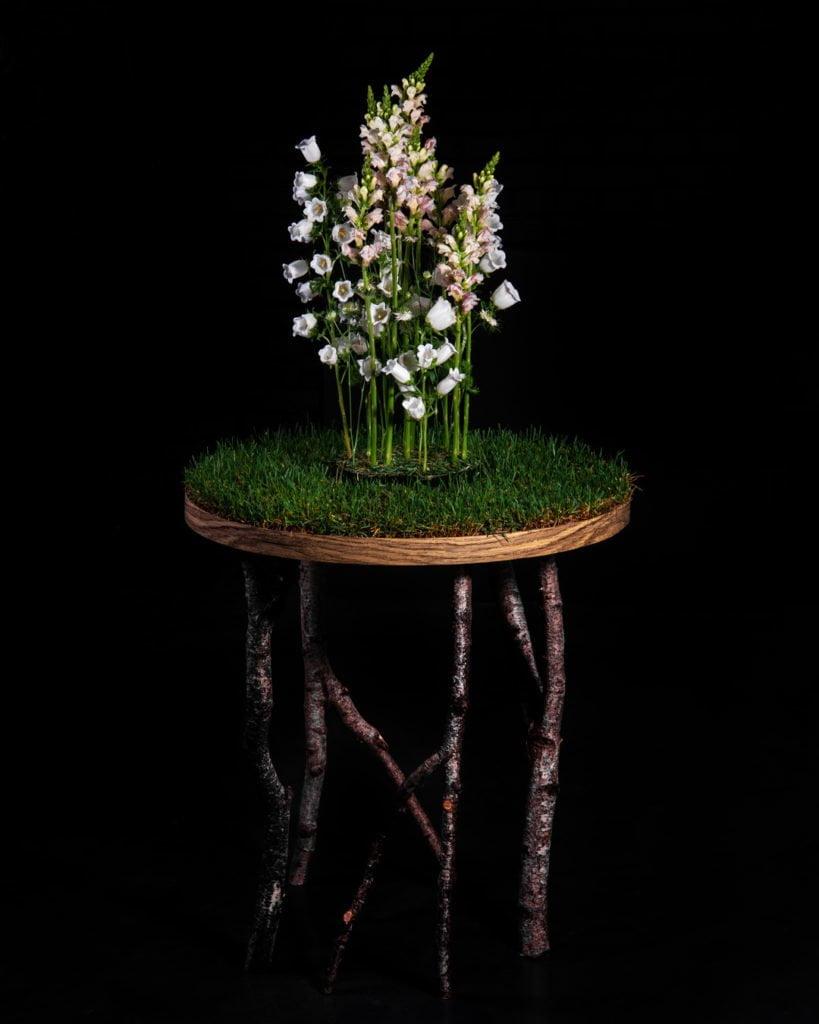 Декор стола с использованием березовых веток, колокольчиков и антирринума. Работа студента Kazanflowerschool
