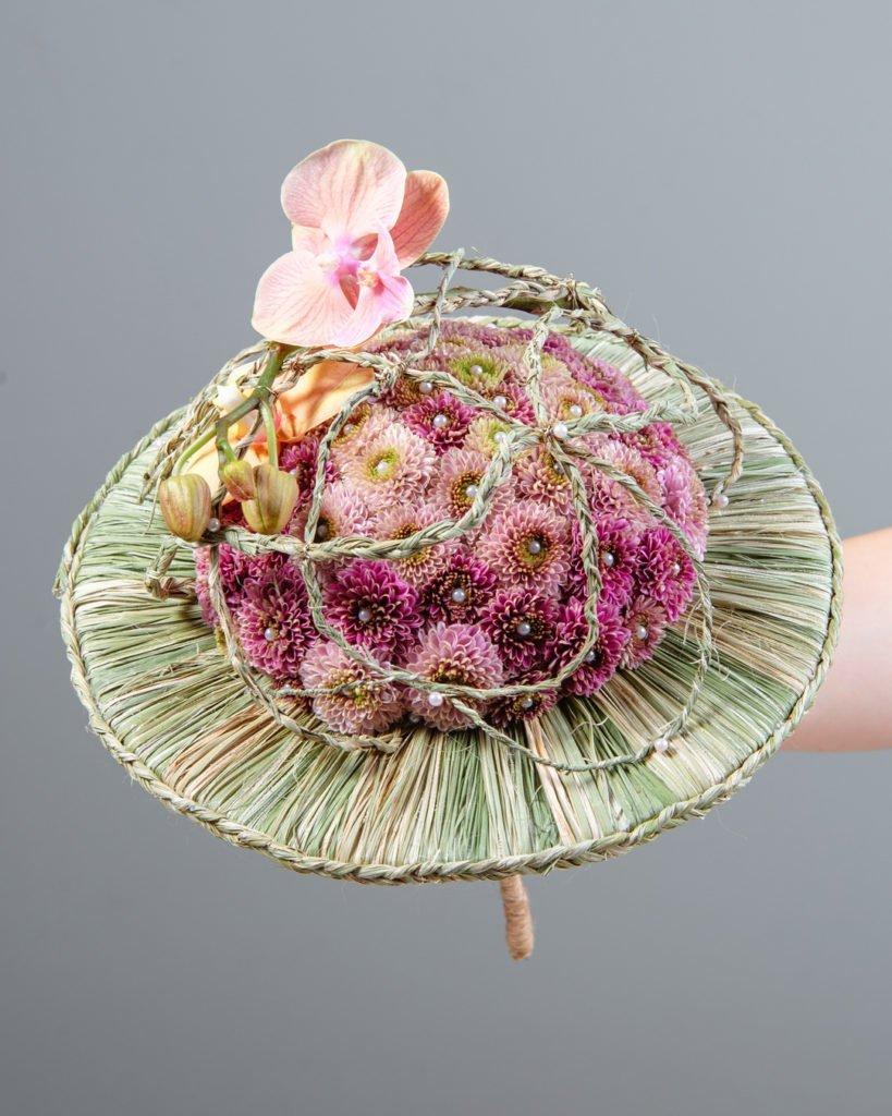 Каркасный букет с хризантемами и орхидеями. Работа студента Kazanflowerschool