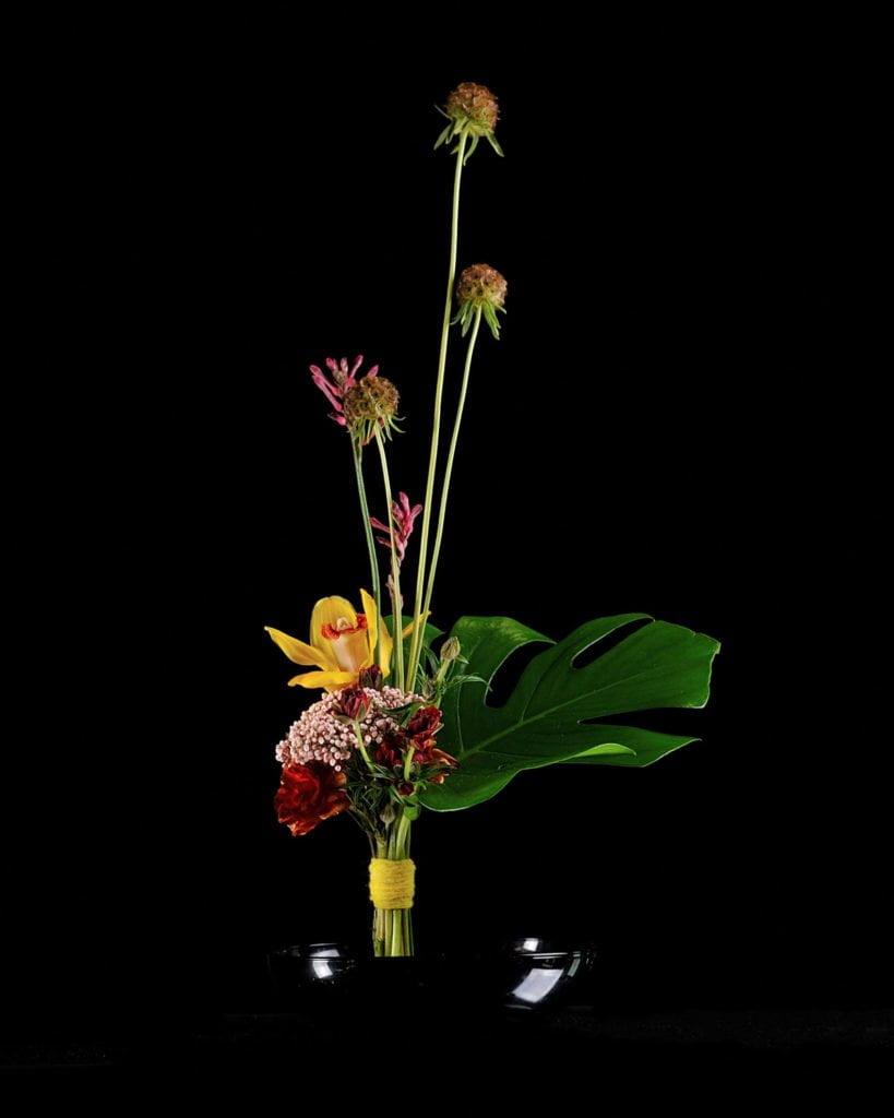 """Вертикальный букет созданный студентом в рамках курса """"Профессия флорист"""". Фото @havikozoki"""