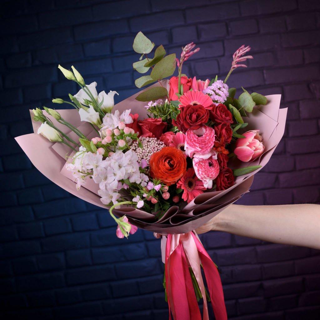 """Раскидистый букет созданный студентом в рамках курса """"Профессия флорист"""". Фото @havikozoki"""