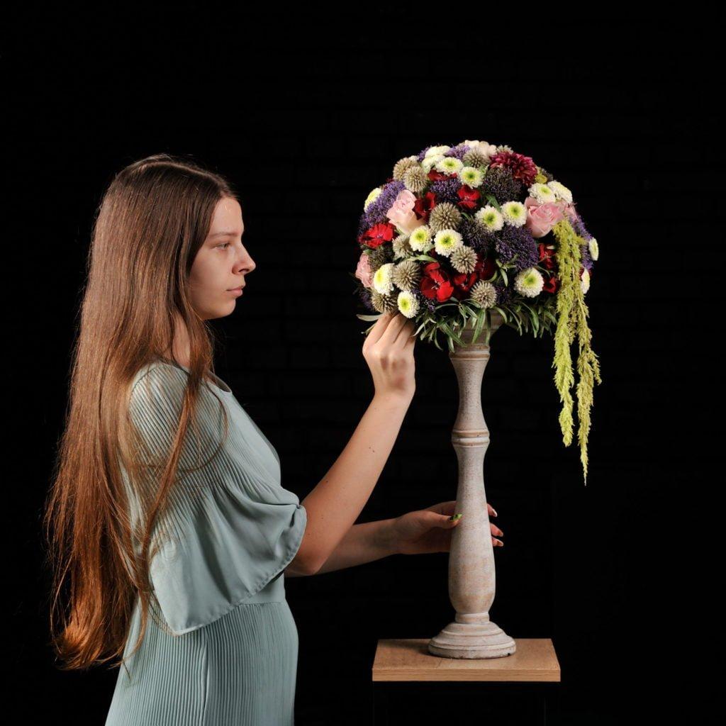 Студент за работой над флористической композицией!